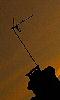 Petite photo d'une antenne posée sur une cheminée.