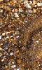 Petite photo de sable mouillé et de petits cailloux.